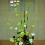 (花)シンピジューム、ダリア、トルコききょう、カーネーション、(枝)トクサ、(実)風船トウワタ、(葉物)ドラセナ、レザーファン