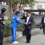 コンサドーレ札幌戦のチラシを手渡すカターレ富山の選手。