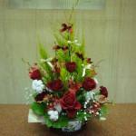 クリスマス本番です。(花)バラ、カーネーション、モカラ、かすみ草(枝)コットン(葉物)ゴールドクレスト、レモンリーフ