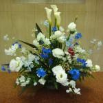 (花)カラー、トルコききょう、スプレーデルフ、スイートピー(実)バーゼリア(葉物)ドラセナ、レザーファン