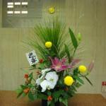 (花)胡蝶蘭、ゆり、ピンポン菊(実)千両(枝)大王松(葉物)レザーファン、銀柳