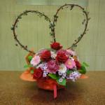 今週は、バレンタインデーです。(枝)サンゴ水木(花)バラ、ガーベラ、カーネーション、サイネリア(葉物)レモンリーフ、ハートカズラ