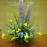 気品が感じられます。(花)デルフィニューム、スプレーデルフィニューム、フリージア(葉物)ドラセナ、アオキ