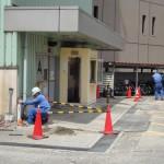 立体駐車場前で行われている配管取替工事。