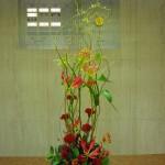 (花)グロリオーサ、カーネーション、ケイトウ(葉物)ヒペリカム、丸葉ルスカス(枝)ドラゴン柳