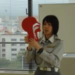模型を使い、気道確保の大切さを説明する富山消防署の池水さん。