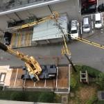 屋上から逆に大型クレーンの作業状況を見たところです。正直、足がすくみます。