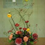 ハロウィン第2弾です。(花)ガーベラ(赤)カーネーション(エルメスオレンジ)ダリア(祝花)、(葉物)レモンリーフ、コンパクター、(枝)野バラ、バラの実