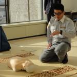 心肺蘇生の大切さを説明する富山消防署庶務救急課の高木さん。