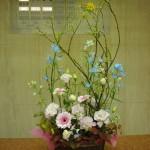 (花)ガーベラ(ブライド)、トルコききょう(コレゾライトピンク)、スプレーデルフィニューム(プラチナブルー)、(葉物)ヒペリカム(紅葉)、(枝)青文字
