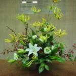 (花)グロリオーサ(ルテア)、ゆり(シベリア)、トルコききょう(バレオグリーン)、(葉物)ゴットセファナ、ドラセナ、(枝)錦木(紅葉)