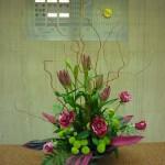 (花)バラ(トレイジートゥ)、すかしゆり(レディーラック)、スプレーマム(フィーリンググリーン)、(葉物)ドラセラ(赤)、レザーファン、(枝)レッドドラゴン柳