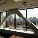 8階・804会議室の窓際に新しく設置された耐震ブレース。