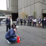 消火器の操作方法を聞く参加者。