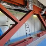 7階のエレベーター横のロビーに設置するため、準備している耐震ブレース。