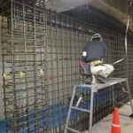 5階西側で進められている耐震壁。