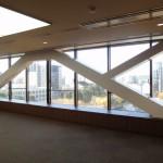7階役員室に新設された耐震フレーム。