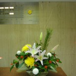 [花]ゆり(オークラ)、アナスタシア(サニー)、ピンポンマム(白)、[実]千両(赤)、[枝]若松、金行李柳