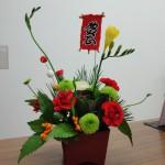 [花]ハボタン、フリージア、スプレーマム(フィーリンググリーン)、スプレーカーネーション、[実]千両(黄)、[枝]若松