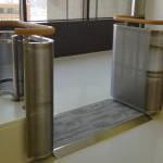 耐震フレームの中央部に作られた、ステンレス製の柵と手摺。