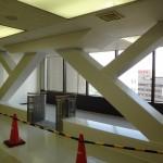 7階ホールに、新しく設置された耐震フレーム。