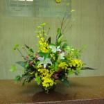 [花]ゆり(ウィルケルアルベルティ)、オレンシジューム(ハニーエンジェル)、アルストロメリア'[枝]リョーブ、斑入りヒバ、[葉]ドラセラ