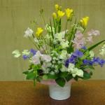 [花]フリージア(アラジン)、スイートピー、ホワイトレースフラワー、[葉]レモンリーフ、モルセラ