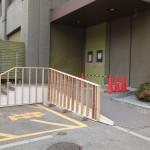 南側出入口に新しく作られたスロープと手摺り。