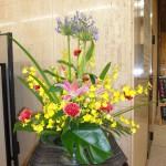 [花]ゆり(ビビアナ)、アガパンサス、オンシジューム(ハニー)、カーネーション(ピエット)、[葉]モンステラ、レザーファン、アガパンサス