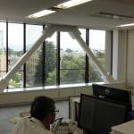 5階・データ通信センタの事務所内部に、耐震ブレースが2台新設されました。