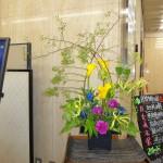 [花]カラー(フロレックスゴールド)、カーネーション(ゴーレム)、グロリオーサ、りんどう[枝]野ばら、木苺