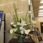 [花]アンスリューム、トルコキキョウ、ユリ、オンシジューム(スイートシュガーベイビー)、[葉]オクラレルカ、キリフキ草、赤ドラセナ、ゴットセファナ