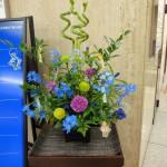 七夕です。[花]スプレーデルフィニューム(グランブルー)、りんどう、カーネーション、ピンポンマム(ヒーリング)、[葉]細葉ルスカス、レザーファン、[枝]バンブー