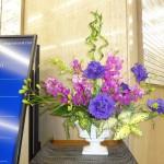 [花]トルコききょう(コサージュブルー)、モカラ(カリプソ)、日扇の実、[葉]モンステラ、ゴットセファナ、[枝]バンブー