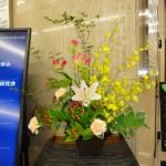 [花]ゆり(エマニー)、オンシジューム(ハニー)、カーネーション(マンダリン)、グロリオーサ(ビック)、[葉]ナルコラン(エクセレントフレア)、[枝]どうだんつつじ、ヒペリカム