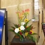 [花]グロリオーサ(サザンウィンド)、トルコききょう(コサーシュスノー)、ひまわり(サンリッチオレンジ)、けいとう、[葉]アレカヤシ、ドラセナ(ピンクレディー)、(枝]雲竜柳
