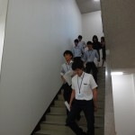 避難訓練のため、9階から階段を使って真剣に駆け降りる参加者たち。
