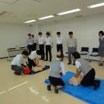 富山消防署の竹本さんの指導を受けながら救命講習を受ける参加者。