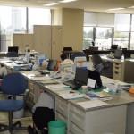 一斉に机の下に身を隠し、静かに支持を待つ職員。