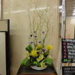 [花]シンピジューム(グリーン)、ピンクション(スーパーゴールド)、トルコききょう(セシルブルー)、[葉]ハラン(天の川)、木苺、[枝]雲竜柳