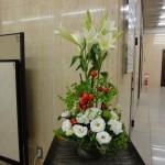 [花]鉄砲ゆり、トルコききょう(ハピネスホワイト)、[枝]花ナス、[葉]丸葉ルスカス、スマイラックス