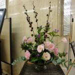 [花]りんどう(オータムピンク)、トルコききょう(オソピンク)、(ラビアージュ)、[葉]丸葉ユーカリ、ドラセナ(コーディーレッド)、(枝)七立栗