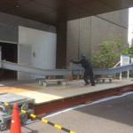 台車に載せた耐震ブレスを正面玄関の入口から慎重に搬入します。