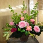 [花]バラ(コーラルハート)、スプレーバラ(クラシバヤ)、ケイトウ、[葉]アンスの葉(ハート)、ゴットセファナ、[枝]銀香梅
