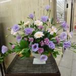 [花]トルコききょう(パティオラベンダー)、スプレーカーネーション(ロリポップバイオレット)、ガーベラ(ピンク)、[葉]細葉ルスカス、レモンリーフ