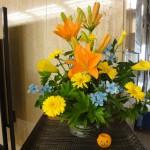 [花]すかしゆり(フレミントン)、カラー(ゴールドフィーバー)、ブルースター(エンジェル)、ガーベラ(サンディー)、[葉]木苺