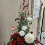 クリスマスです。 [花]ダリア(かまくら)、バラ(ミルナ)、ブバルディア(ダイヤモンドボルドー)、トルコききょう(ハピネスホワイト)、[葉]丸葉ルスカス、ブルーアイス、[枝]サンキライ、サンゴ水木