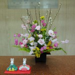 [花]トルコききょう(桜みちる)、スイートピー(ハッピー)(ティアラ)、菜の花、[葉]玉シダ、[枝]桃(ピンク)(白)、ミモザ